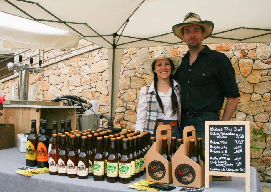 Estelle et Laurent Lopez, lors de la journée country à Berre, derrière leur stand de bières blondes, brunes ou blanches.