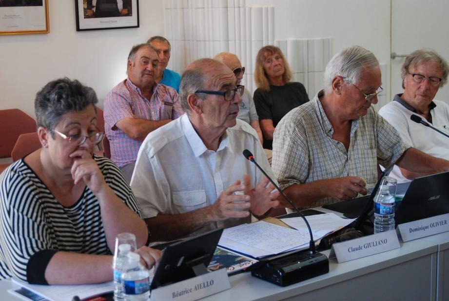 Le maire, Philippe Barthélemy (photo du haut) a répondu aux questions de l'opposition (photo du bas).