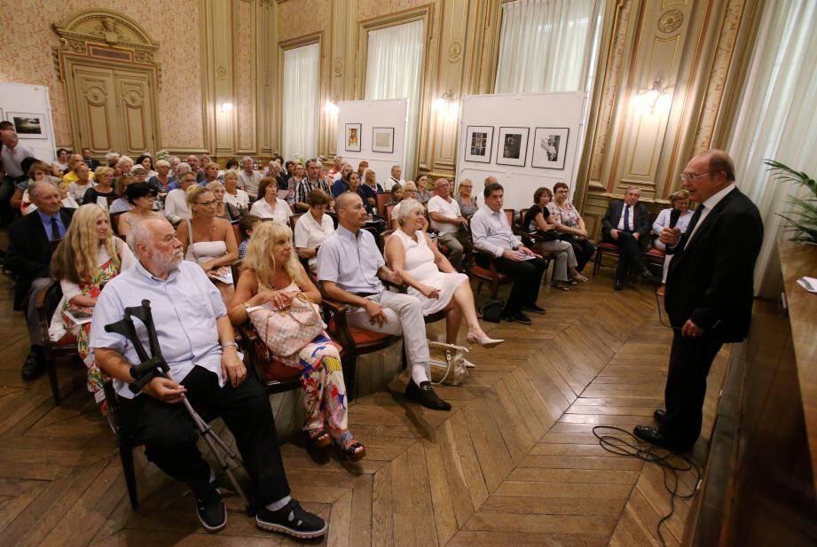 Jean-Claude Guibal a reçu les nouveaux arrivants en mairie, l'occasion de faire connaissance et d'échanger.