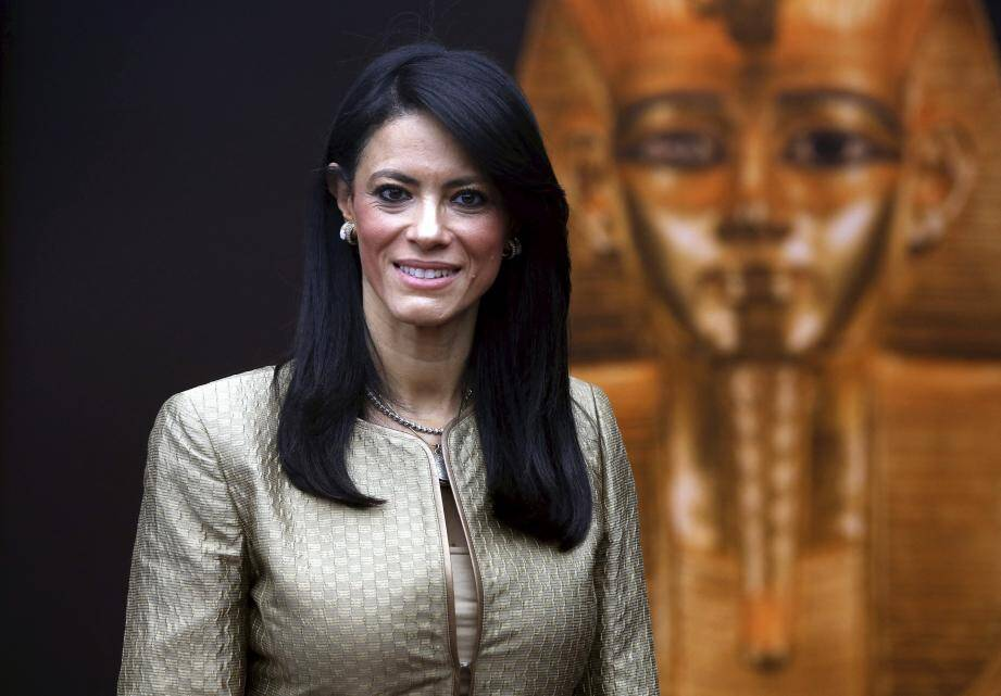 Le souverain, ici avec les deux ministres égyptiens et la commissaire de l'exposition, a visité hier soir l'exposition qui se poursuit jusqu'au 9 septembre.