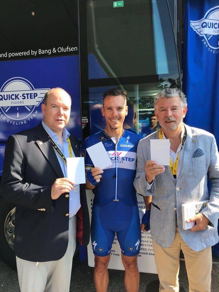 Le prince Albert II a brandi la #whitecard, symbole de la paix par le sport, aux côtés du cycliste Philippe Gilbert et de Joël Bouzou, président de Peace and Sport.
