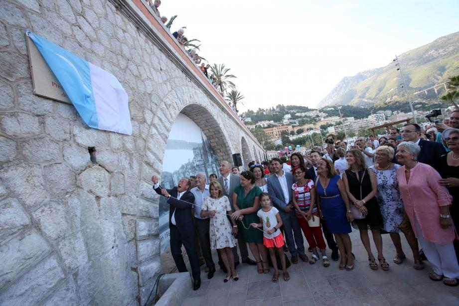 Le maire Jean-Claude Guibal a dévoilé la plaque marquant l'inauguration de l'esplanade. On aperçoit derrière lui les voûtes qui ont été décorées avec d'anciens clichés des lieux.