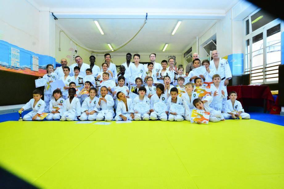 Les jeunes judokas, (la plupart fiers de leur nouveau grade) posent avec leurs professeurs.
