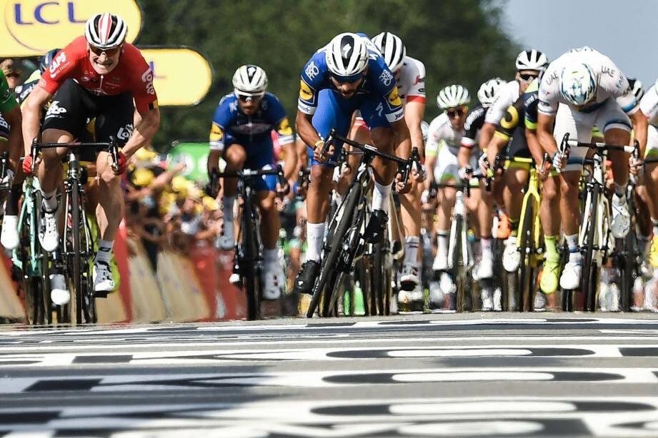 Gaviria (au centre) a devancé Greipel et résisté au retour de Sagan qui courrait lui aussi pour une deuxième victoire d'étape.
