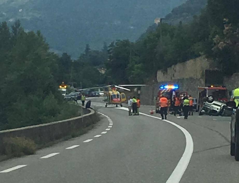 La voiture a fait un vol plané avant de retomber sur le toit. Les blessures ne sont pas graves mais les deux Mentonnais de 84 et 86 ans ont été transportés à La Palmosa, à Menton, et à l'hôpital Pasteur, à Nice.