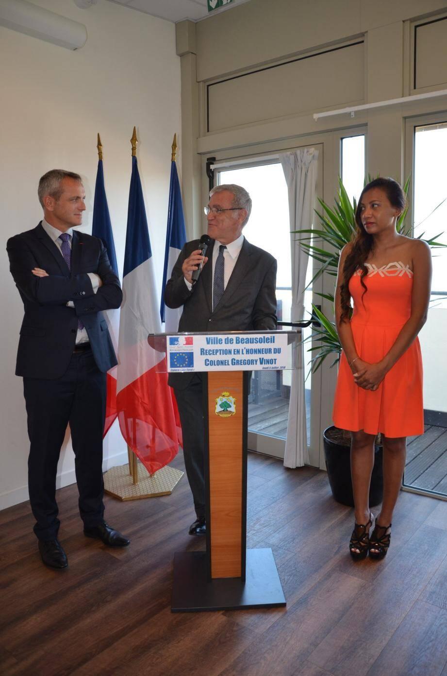 Le colonel Grégory Vinot (à gauche) reçu par le maire Gérard Spinelli et son épouse, ainsi que de nombreux élus.