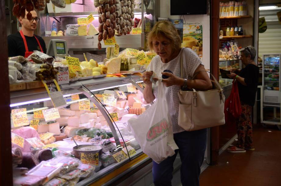 Martine achète du parmesan au marché de Vintimille.
