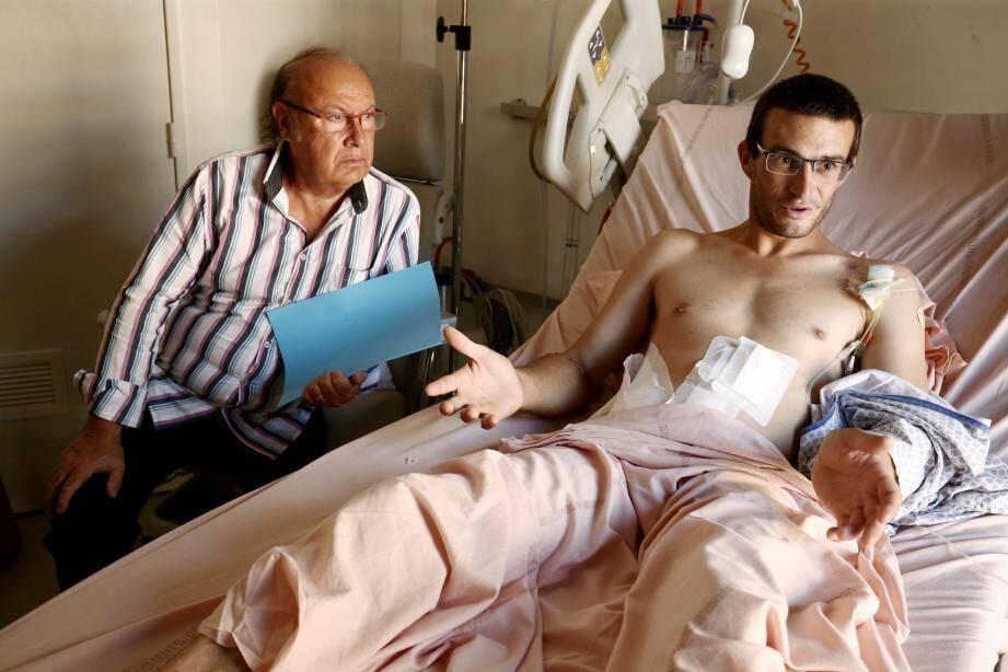 Le blessé sur son lit d'hôpital avec son avocat, Me Jacques Salvaterra.