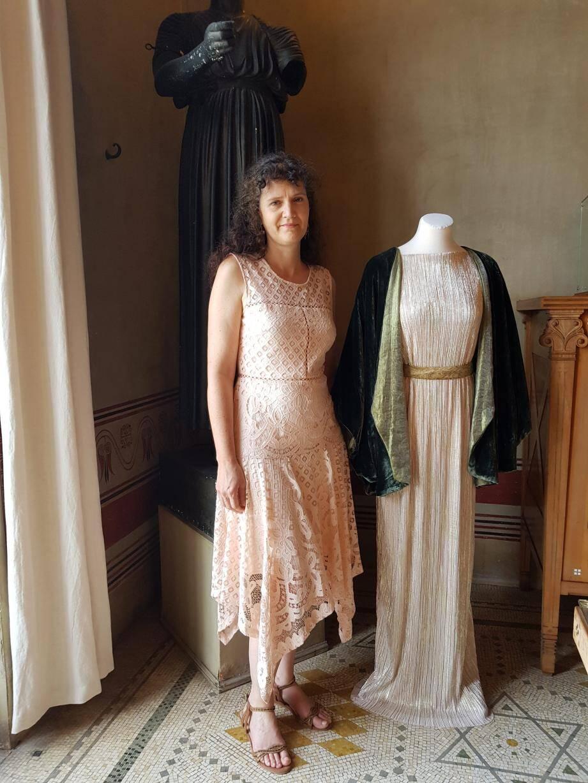 Nathalie Harran près d'une reconstitution d'une robe d'intérieur inspiré du modèle Delphos de Mariano Fortuny de 1910.