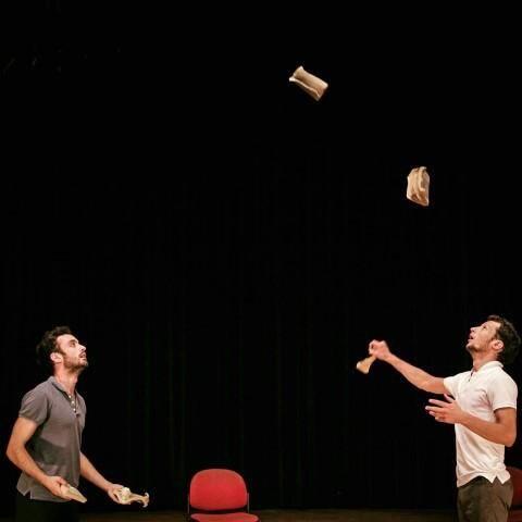 Le duo d'acrobates-jongleurs de la Compagnie du Contrevent lancera la soirée à 20h. (DR)