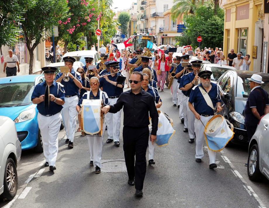 Les révolutionnaires défilent dans les rues de Menton.