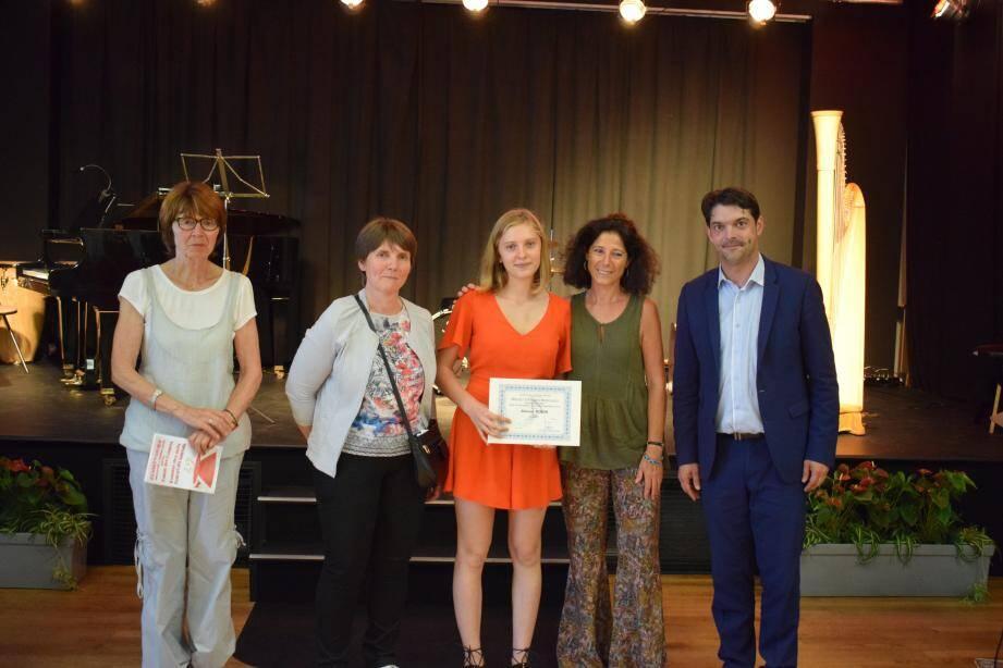 Aliénor Robin (au centre en rouge) et de nombreux autres élèves du conservatoire de Grasse ont reçu leurs diplômes.