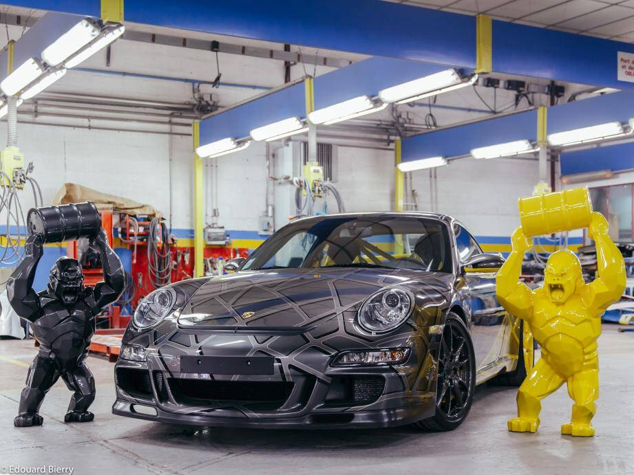 Parmi les lots, une voiture customisée par l'artiste Richard Orlinski estimée entre 185 000 et 230 000 euros.