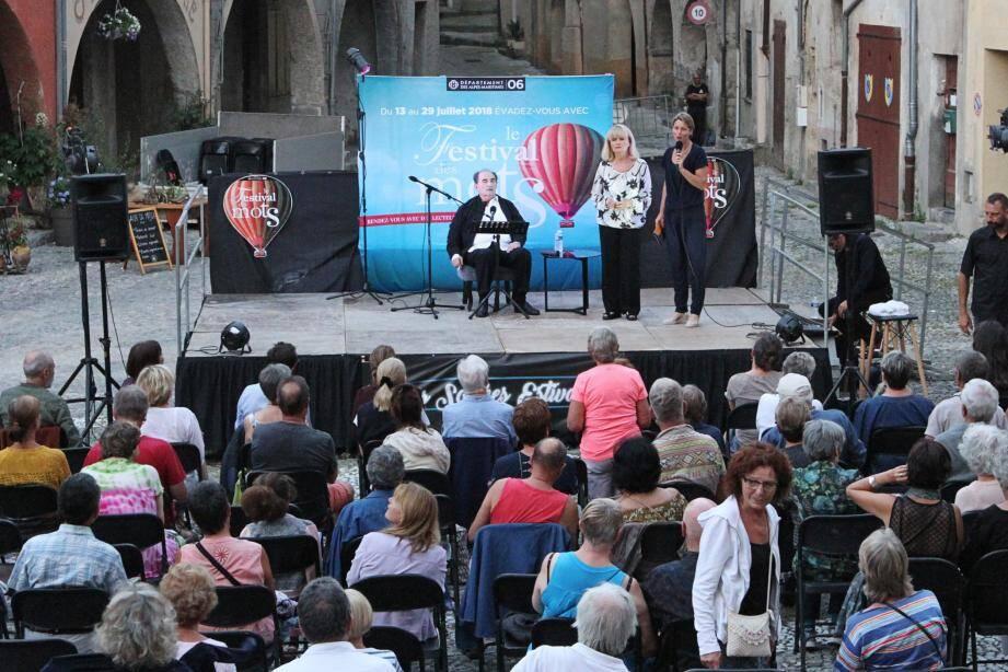 Sur la place Saint-Michel, l'acteur a reçu les honneurs des élus. (DR)