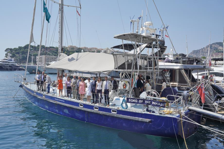 à Monaco, sur le pont du Song of the Whale hier midi, Marie-Pierre Gramaglia, conseiller de gouvernement-ministre pour l'Équipement, l'Urbanisme et l'Environnement et Bernard Fautrier, vice-président de la Fondation Prince Albert II ont découvert les grandes lignes du projet.