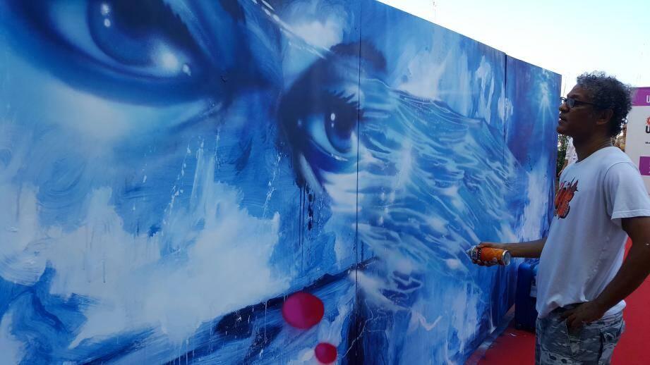 Dix artistes internationaux ont graffé pendant trois jours sur le thème « Planète à croquer ? ». Daze, ici en pleine création jeudi soir, a vu son œuvre partir au triple de sa mise à prix aux enchères.