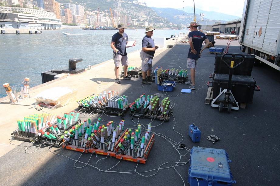 Sur la digue, la société Martarello a eu besoin de deux jours pour installer et vérifier son matériel pour le feu d'artifice d'hier soir.