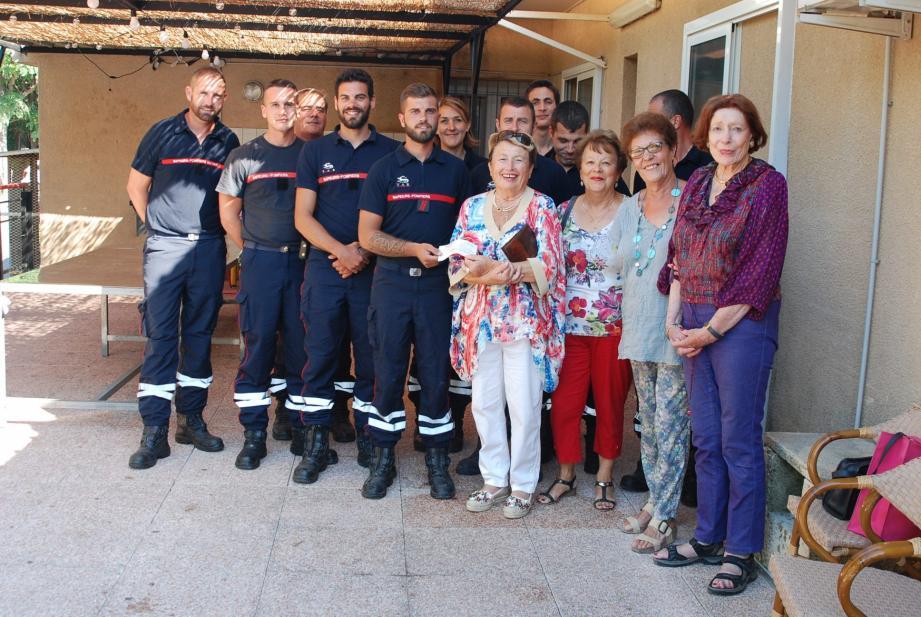 La présidente de La Solidaire Jeanine Ploge a remis le chèque de 1 000 euros au président de l'Amicale des sapeurs-pompiers.