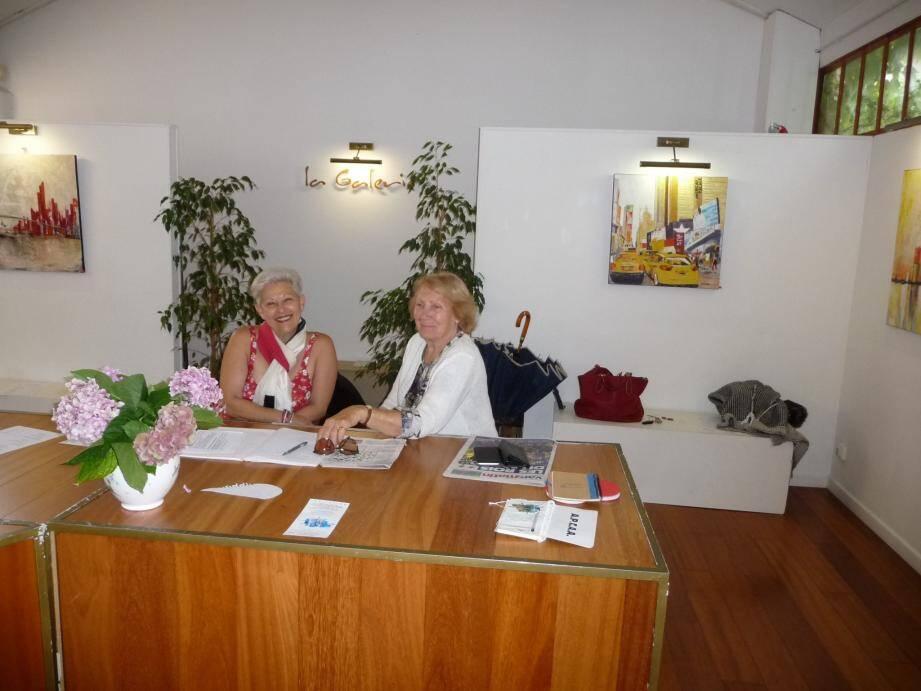 La présidente Michèle Carré et la trésorière Liliane Croisard, lors de l'exposition des éphémères à la galerie rue Jean-Jaurés.