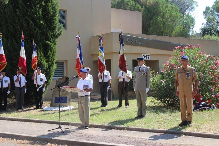 Devant les porte-drapeaux, Denis Bertrand, le lieutenant-colonel Perrot, chef de corps de la Base école Lejay, et le lieutenant-colonel Bouleau, commandant des troupes.