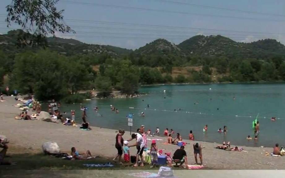 Le lac de Peyrolles dispose de nombreux aménagements pour passer du bon temps, à la fraîche.