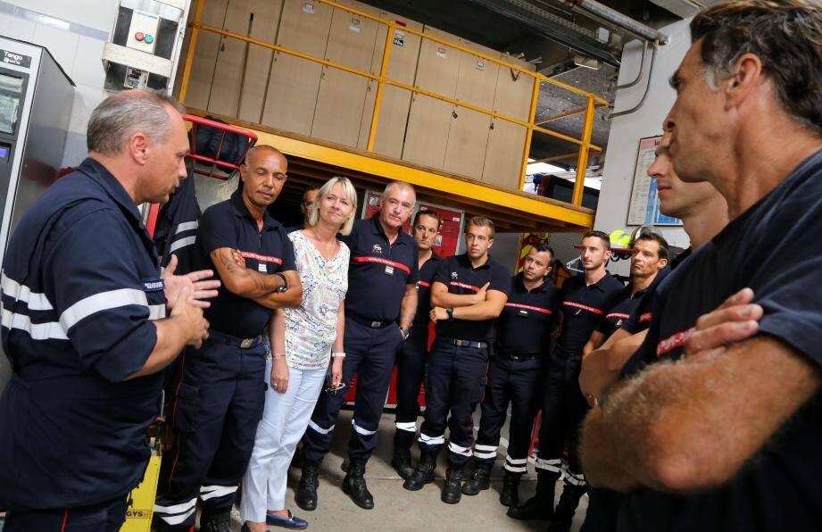 Eric Grohin (à g.) s'est adressé aux sapeurs pompiers hyérois en présence d'Olivier Feliho et Françoise Dumont.