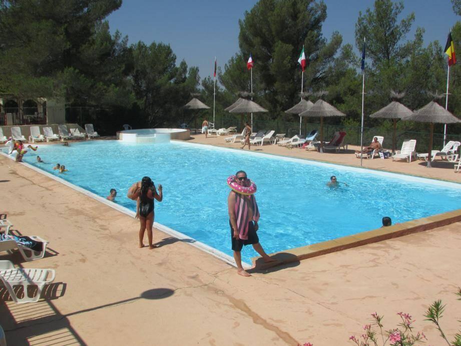 En famille et comme les autres campeurs, Jean-Patrick vient profiter de la piscine.