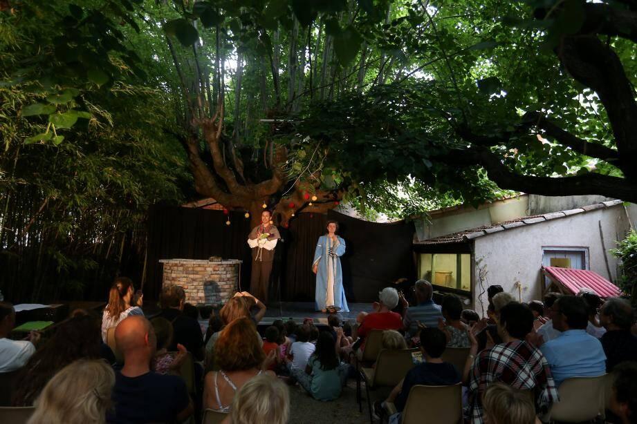 Le festival des Nuits Off fait carton plein dans le centre ancien de Fréjus.