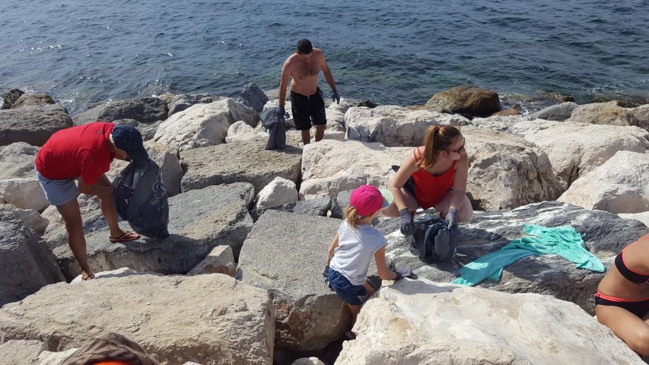 Ils sont une vingtaine de bénévoles à s'être déplacée dernièrement de 8 h à midi, le long des plages du Mourillon.