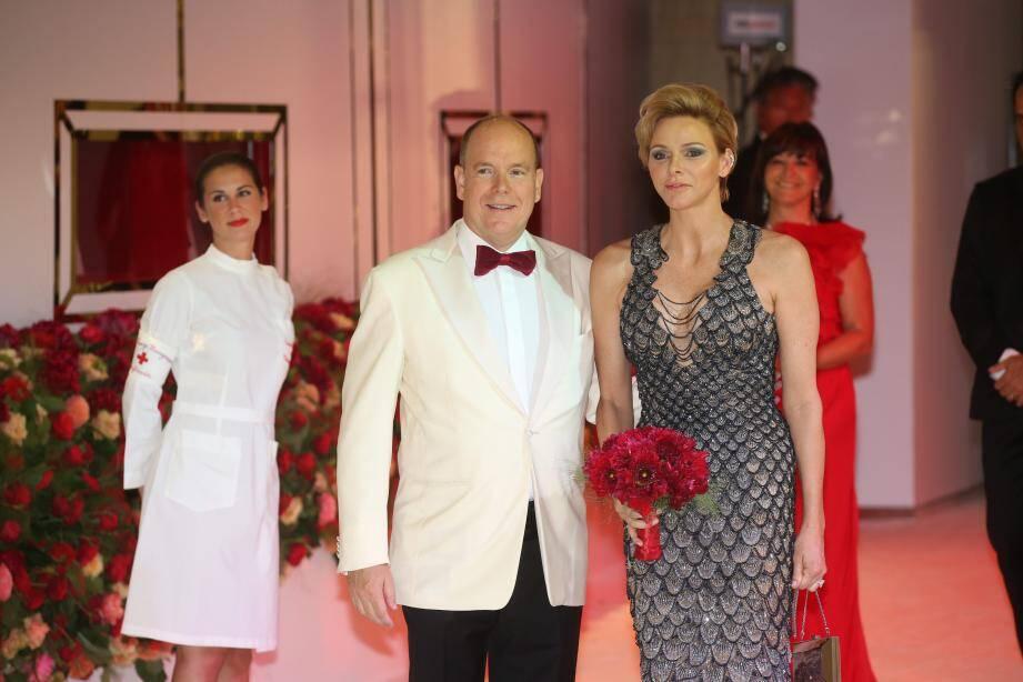 Le couple princier, à son entrée dans la Salle des Étoiles, hier soir pour présider le 70e gala de la Croix-Rouge monégasque. Charlène était habillée en Versace.