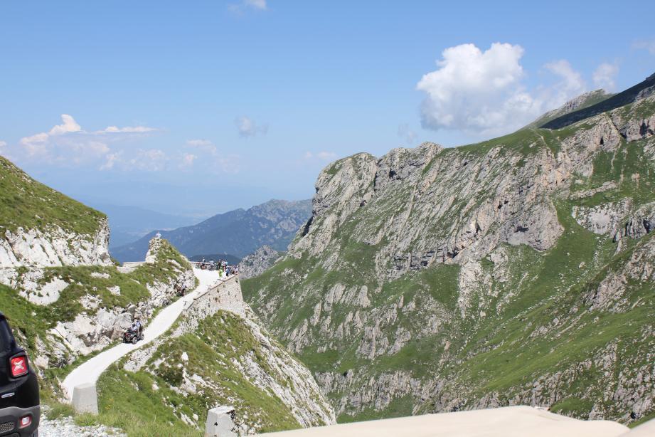 L'itinéraire principal de la «Haute route du Sel» relie le col de Tende au hameau de Monesi (Triora) en empruntant une ligne de crêtes perchée à 2000m d'altitude.