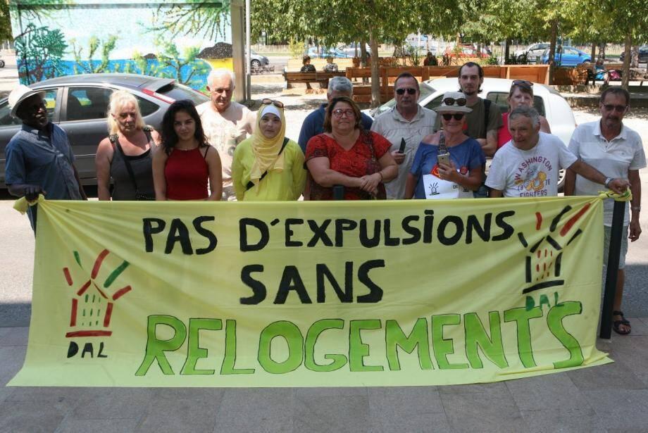 Peu nombreux mais déterminés, les manifestants ont affiché leur slogan à l'entrée du siège de TSH.