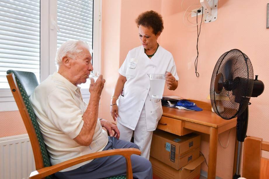 Une bonne hydratation régulière reste le meilleur moyen de prévenir tout coup de chaud, même si les personnes âgées n'en ressentent pas physiquement le besoin.
