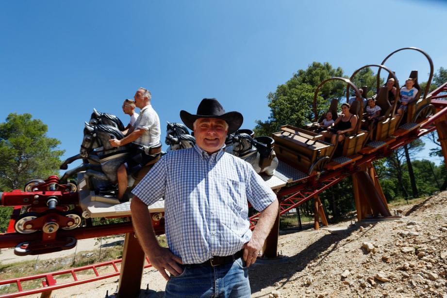 """Mathijs Bembom, le père fondateur du parc OK Corral est fier de la nouvelle attraction : le """"Pionnier"""", un grand huit qui simule un chariot lancé à pleine vitesse."""