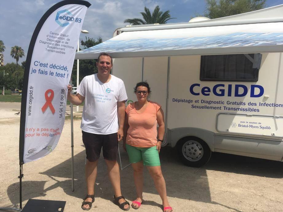 Le Dr Emmanuel Chevalier du Cegidd, aux cotés de Florence Geraudie, infirmière à l'hôpital de jour du service infectiologie de Ste-Musse.