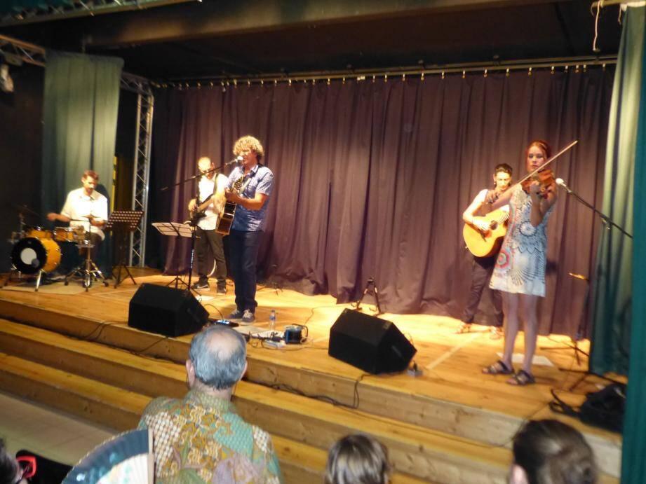 Do&Mi, entouré de ses musiciens, durant un concert apprécié et grandement applaudi.