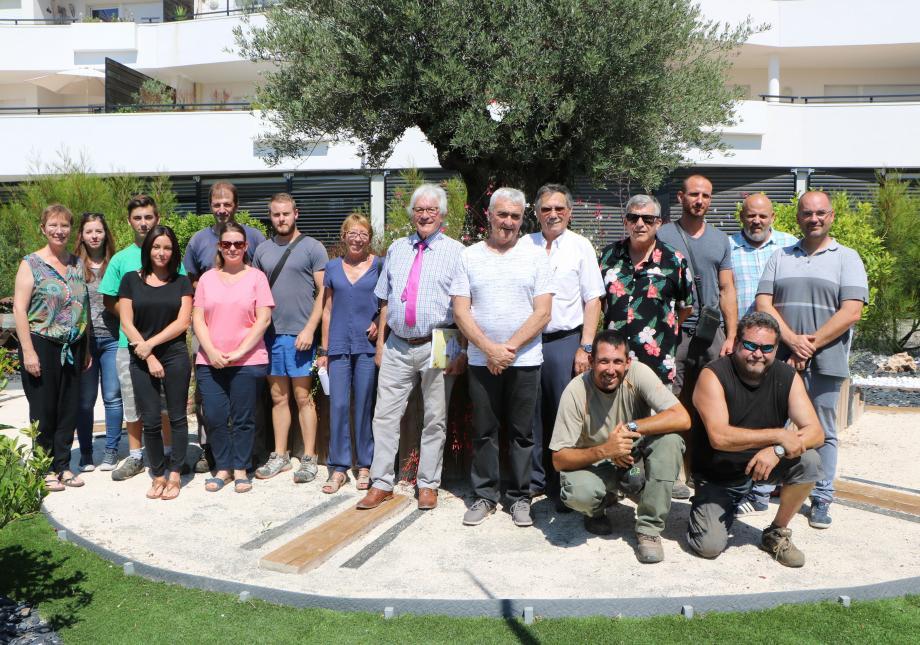Le jury et le service technique autour du maire de La Farlède, Raymond Abrines et de l'adjoint chargé des travaux et de la voirie, Robert Berti.