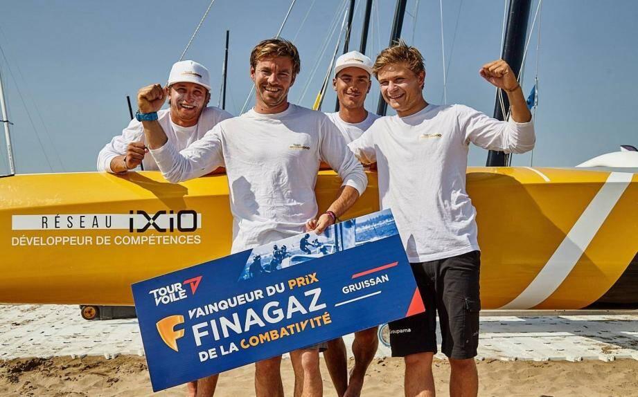 Le Team Réseau Ixio (avec de gauche à droite Sandro Lacan, Pierre Quiroga, Jules Bidegarray en arrière-plan et Robin Follin) a réussi un Tour voile en tout point remarquable malgré un budget limité.