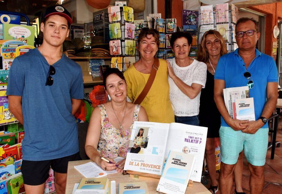 Sylvie Béroud (assise), en compagnie de Sabine Lucia (debout, en blanc) et de plusieurs admirateurs dans la librairie du Maurin.