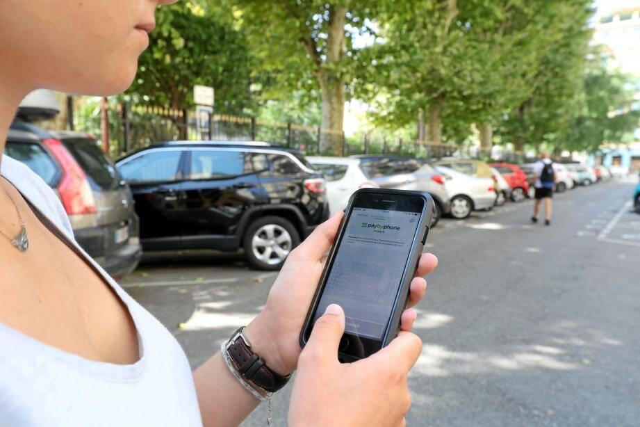 Payer son parking en voirie devient plus facile, grâce à une application qui permet de rajouter du temps de stationnement sur son véhicule à distance.