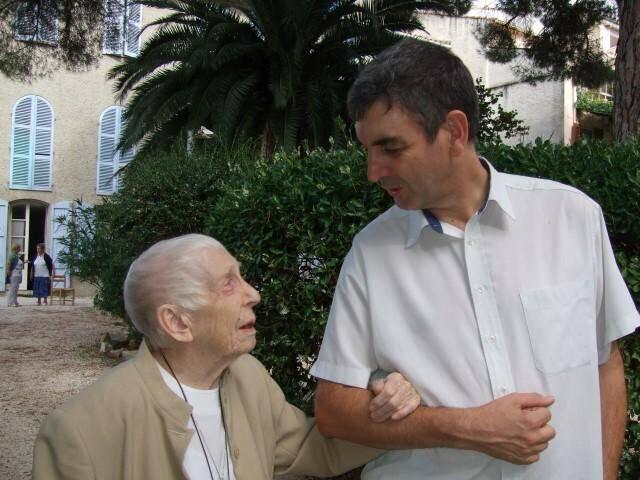 À la maison des frères au Beausset, accompagnée du diacre Gilles Rebèche, délégué à la solidarité du diocèse Fréjus-Toulon, Sœur Monique, alors centenaire, continuait d'emprunter le chemin de l'entraide aux plus démunis.