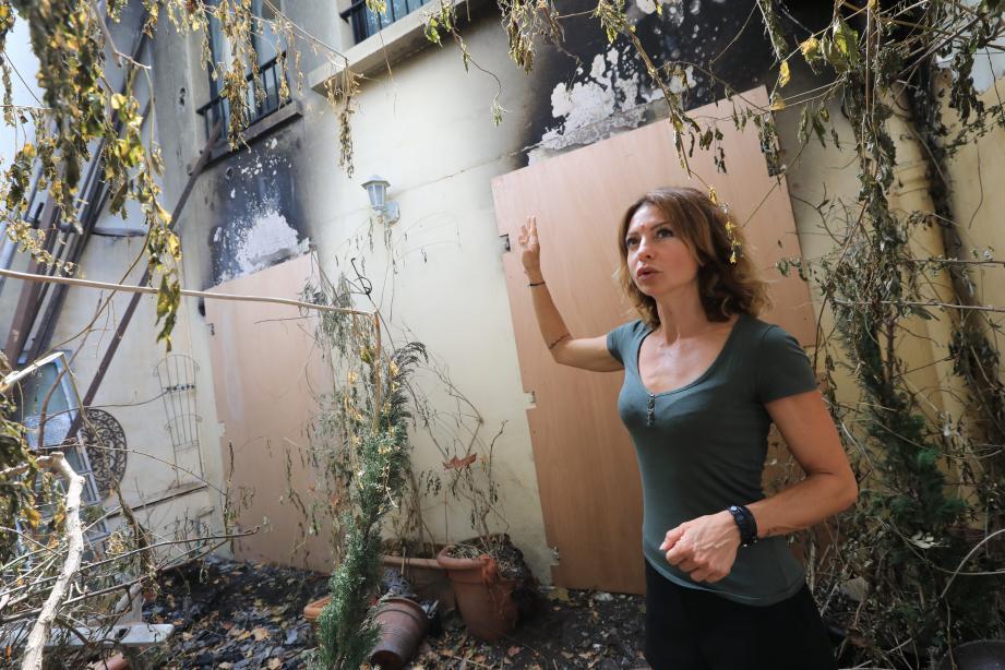 Leslie montre l'étendue des dégâts à l'extérieur et à l'intérieur de la maison de ses parents. Un court-circuit serait à l'origine du sinistre qui a tout ravagé, malgré l'intervention rapide des pompiers.