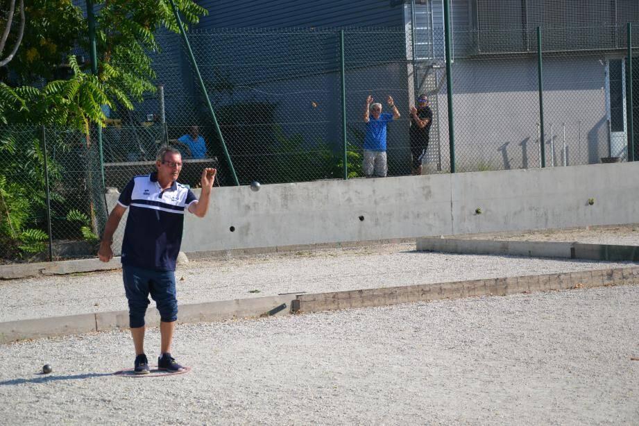 En bon leader, Fernand Rivière (champion de France doublette 2003) n'a pas tremblé en remportant toutes ses parties.
