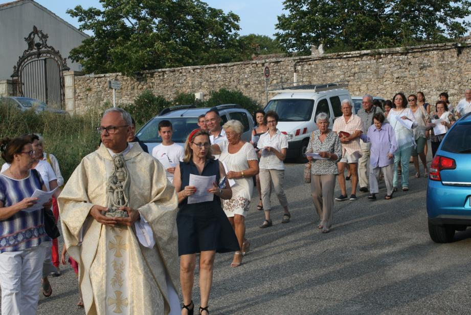 Les fidèles en procession derrière la statue de sainte Anne.