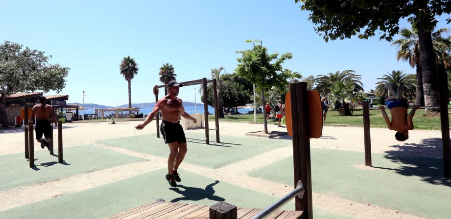 Les sportifs du Mourillon se livrent à divers exercices physiques.