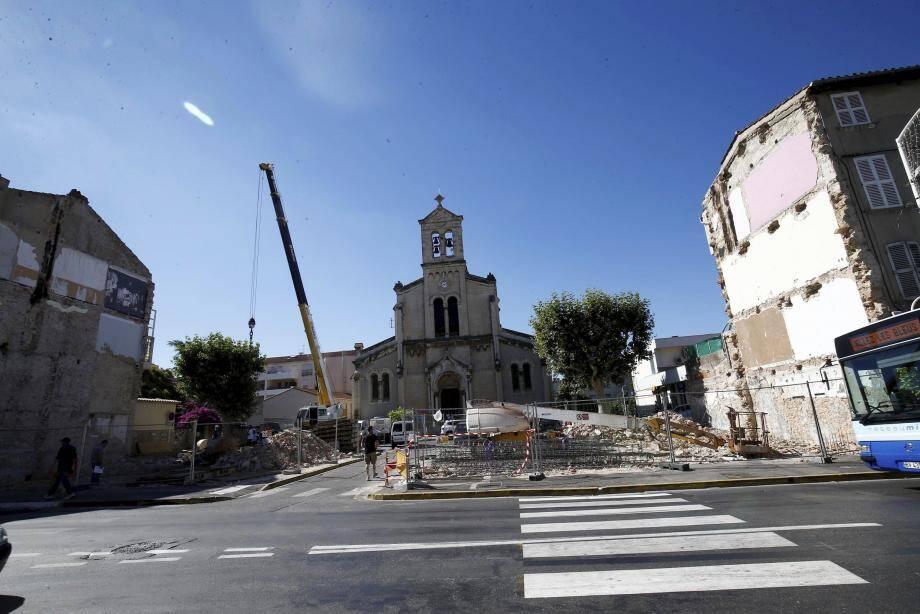 La démolition de quatre petits immeubles, située le long du boulevard Maréchal-Joffre à Saint-Jean du Var offre une belle perspective sur l'église Saint-Cyprien, et ce en attendant le futur parvis.