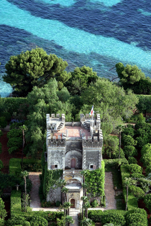 Dix ans après avoir été acquise par le magnat des affaires indien Vijay Mallya, la seule propriété privée de l'île est de nouveau sur le marché. Prix de vente :  45 M€.
