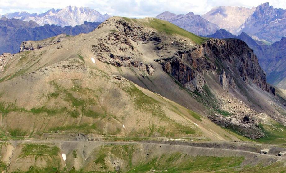 La route du col de La Bonette avec, en arrière-plan, le massif des Ecrins.