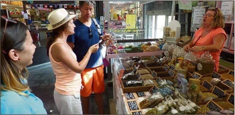 Du sel du trappeur goûté au rayon épices. Les dents du colinot à la poissonnerie. Des visites qui changent d'adresse chaque jeudi, pendant l'été.