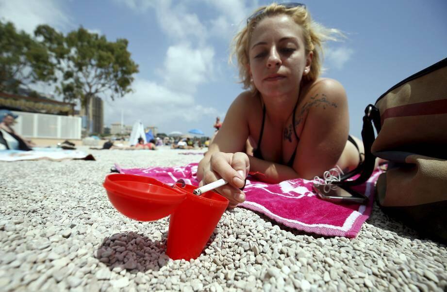 Des cendriers sont mis à disposition pour garder la plage propre